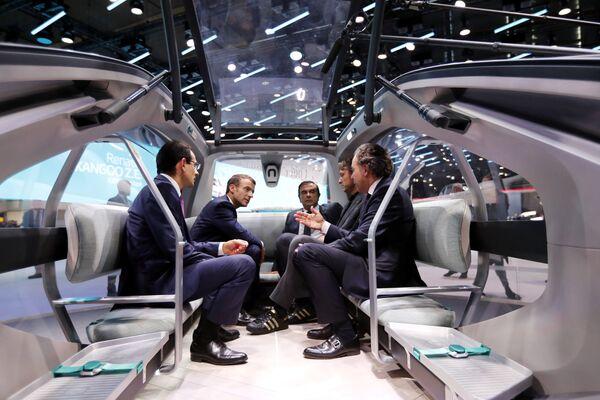 Президент Франции эмманюэль Макрон, генеральный директор компаний Renault Карлос Гон, политик Люк Шатель и другие на Парижском автосалоне - Sputnik Беларусь