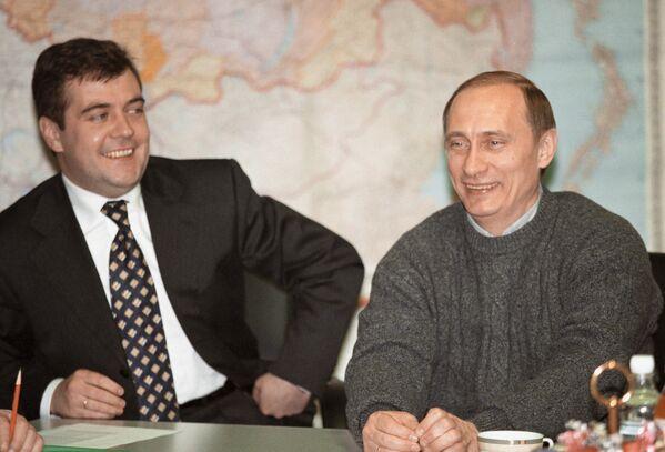 Владимир Путин и руководитель избирательного штаба кандидата на должность президента РФ Дмитрий Медведев проводят первую президентскую пресс-конференцию в избирательном штабе в день выборов 26 марта 2000 года. - Sputnik Беларусь