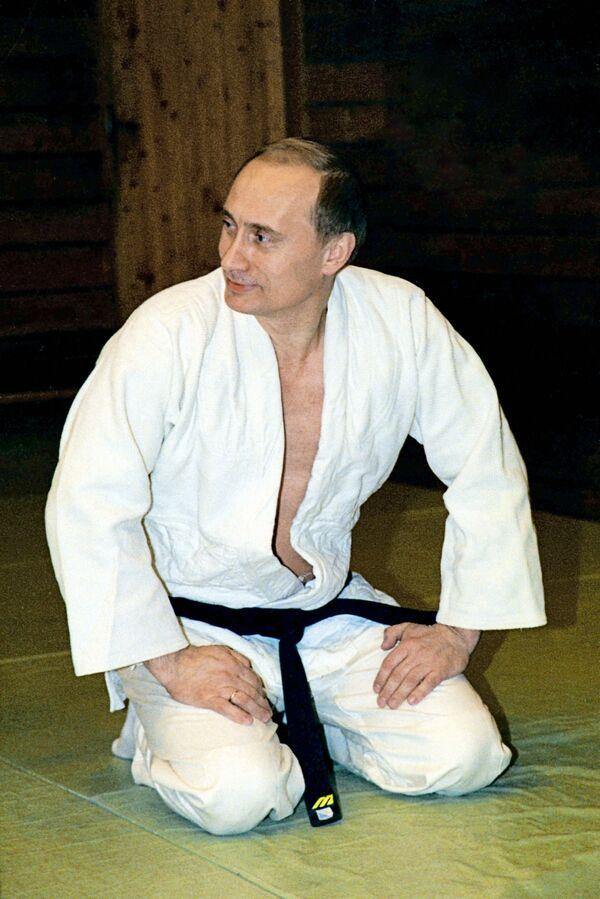 19 мая 2002 года. Президент РФ Владимир Путин в кимоно во время занятий дзюдо в своей резиденции в Ново-Огарево. - Sputnik Беларусь