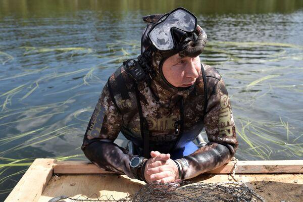 5 августа 2017 года. Президент РФ Владимир Путин во время подводной охоты в гидрокостюме на каскаде горных озер в Республике Тыва. Президент провел отпуск с 1 по 3 августа. - Sputnik Беларусь