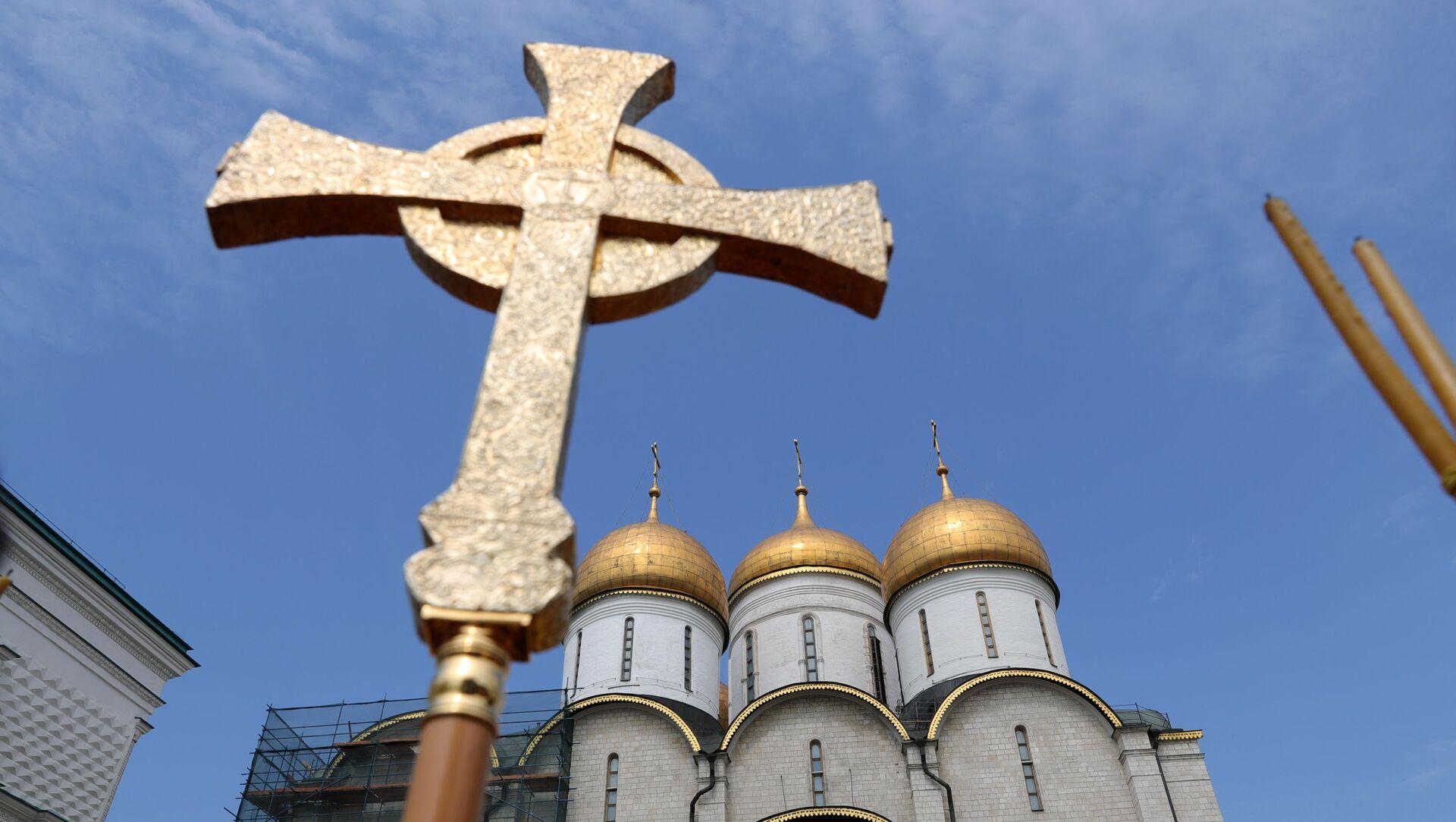 Крест во время литургии  - Sputnik Беларусь, 1920, 09.06.2021