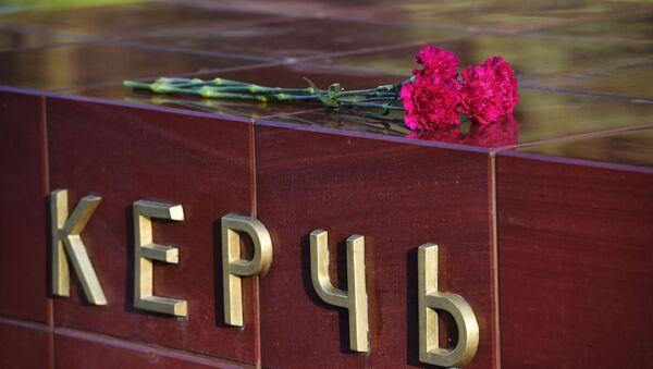 Цветы на памятнике городу-герою Керчи в Александровском саду в Москве в знак траура - Sputnik Беларусь