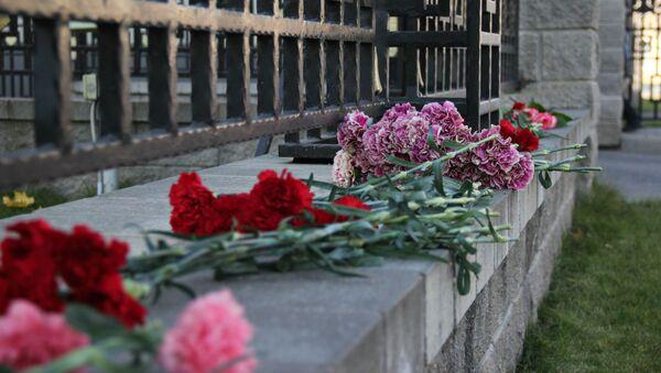 Цветы у посольства - Sputnik Беларусь