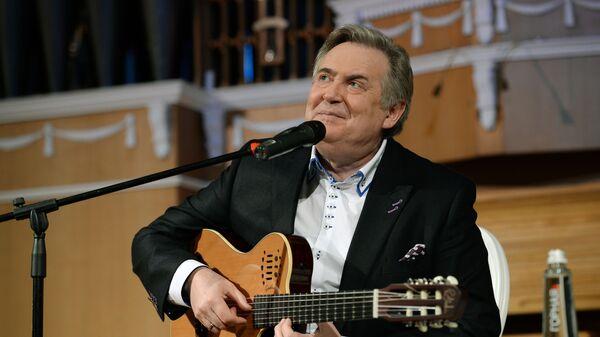 Маяки в искусстве ― разные, на театральной сцене ― одни, в кино ― другие, когда в руках гитара ― третьи, говорит Юрий Стоянов - Sputnik Беларусь