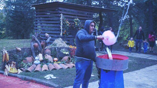 Житель Грузии развлекает детей и взрослых сладкой ватой, которая способна парить в воздухе - Sputnik Беларусь