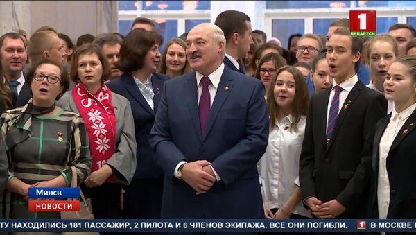 Лукашэнка праспяваў камсамольскую песню пад акампанемент сына - Sputnik Беларусь