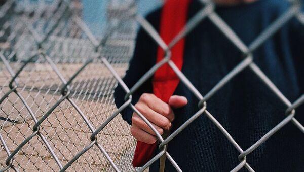 Подросток на школьном дворе, архивное фото - Sputnik Беларусь