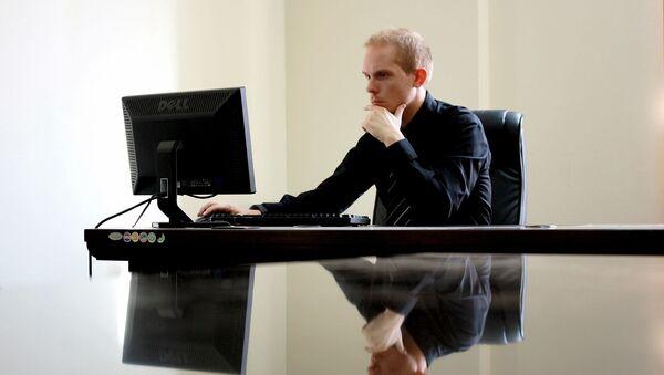 Мужчына працуе за камп'ютарам, архіўнае фота - Sputnik Беларусь