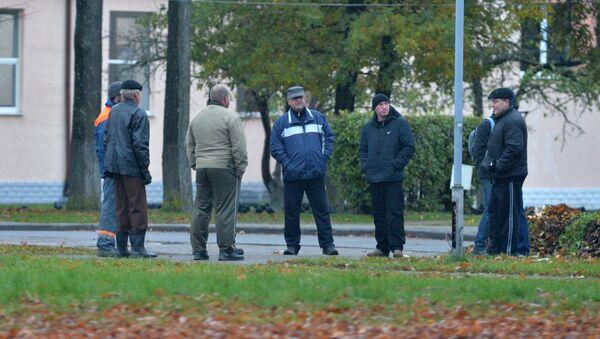 Мужчины собираются в центре Орши каждый день, в надежде на поденный заработок - Sputnik Беларусь