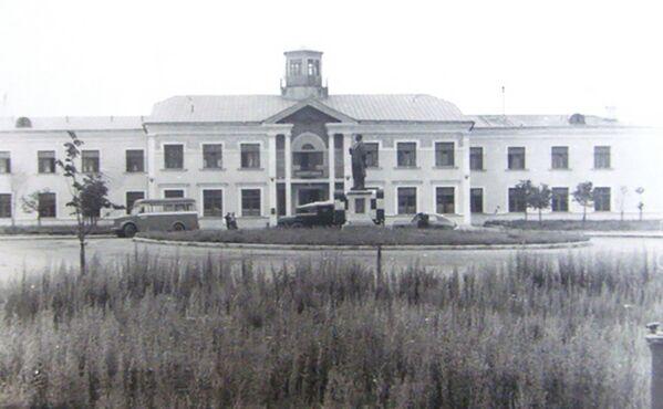 У гэты ж дзень, 7 лістапада 1933 года, пачаў работу першы беларускі аэрапорт Мінск. Першы пасажырскі рэйс быў ажыццёўлены на самалёце К-5, вядома ж, у Маскву. Першы будынак аэрапорта быў пабудаваны ў 30-х гадах, перажыў вайну і да 1957 года выконваў свае функцыі. Пасля быў перададзены пад ведамасную паліклініку авіятараў. Будынак захаваўся, праўда на пачатку 2000-х быў значна перабудаваны і сёння амаль непазнавальны. А на месцы гэтай круглай плошчы перад будынкам цяпер паркоўка. - Sputnik Беларусь
