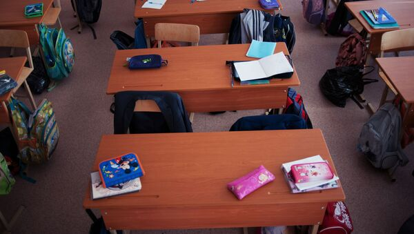 Пустые парты в школе, архивное фото - Sputnik Беларусь