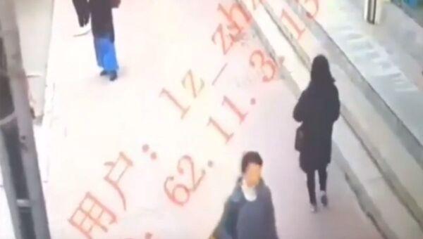 Женщина внезапно провалилась под тротуар в Китае  - Sputnik Беларусь