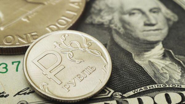 Монета номиналом один доллар США и монета номиналом один рубль с символикой Российского рубля - Sputnik Беларусь