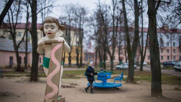 В поселке Тракторного завода еще можно встретить советские скульптуры, когда-то щедро украшавшие здешние дворы - Sputnik Беларусь