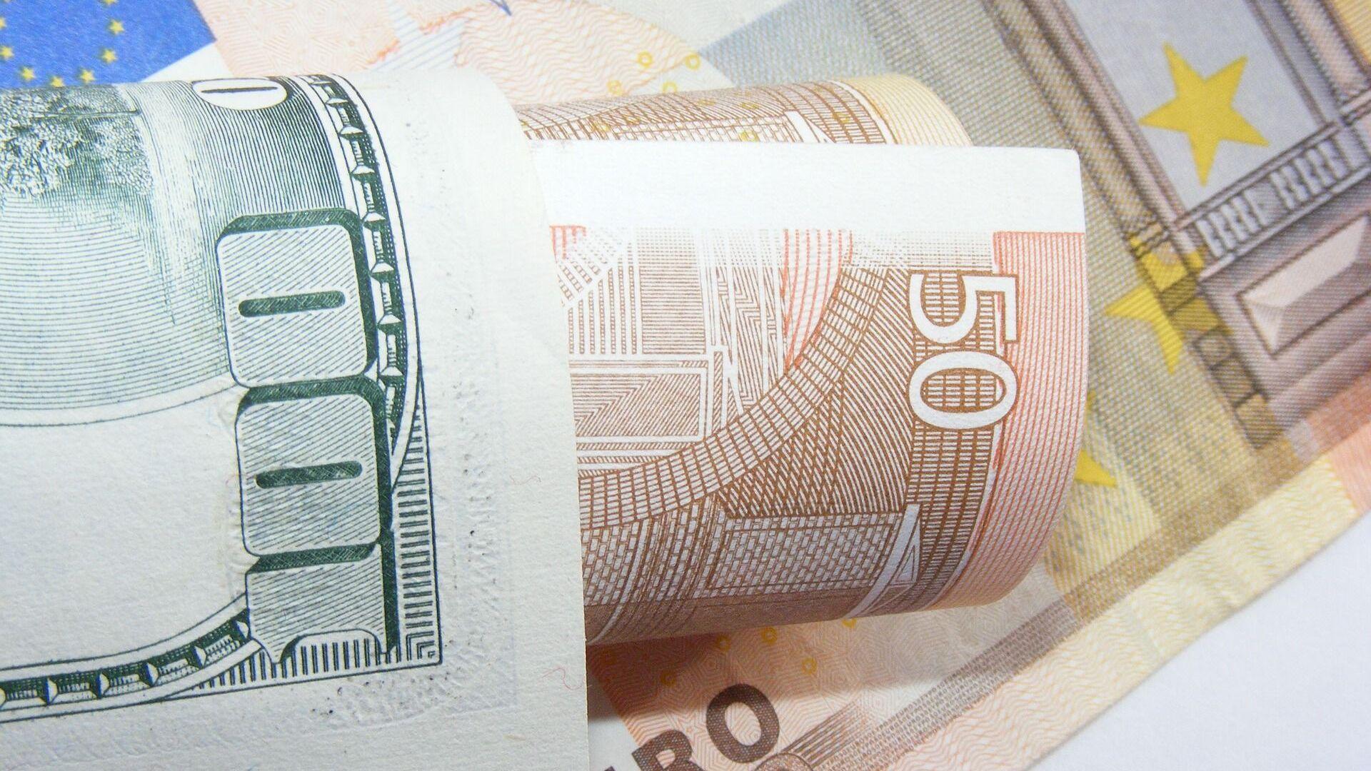 Доллары и евро - Sputnik Беларусь, 1920, 12.10.2021