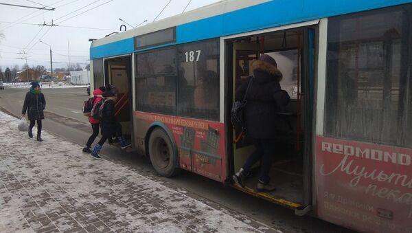 Троллейбус на остановке в Витебске - Sputnik Беларусь