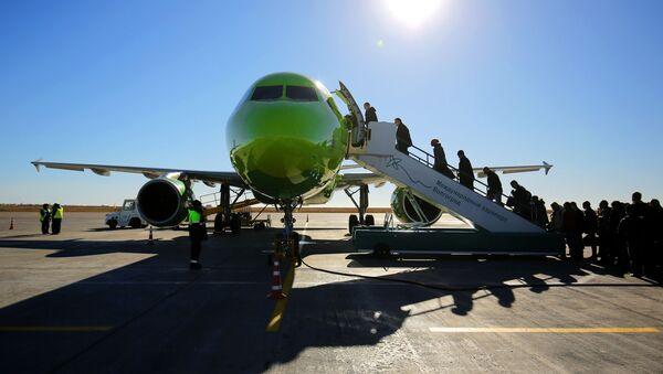 Пассажиры садятся в самолет компании S7  - Sputnik Беларусь