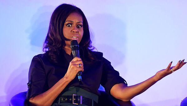 Экс-первая леди США Мишель Обама выступает в общеобразовательной школе для девочек в Лондоне  - Sputnik Беларусь