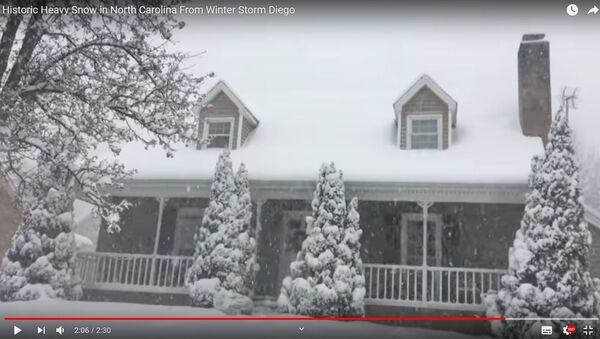 Снежны шторм у ЗША: амерыканец паказаў, як засыпала яго дом і ўчастак - Sputnik Беларусь