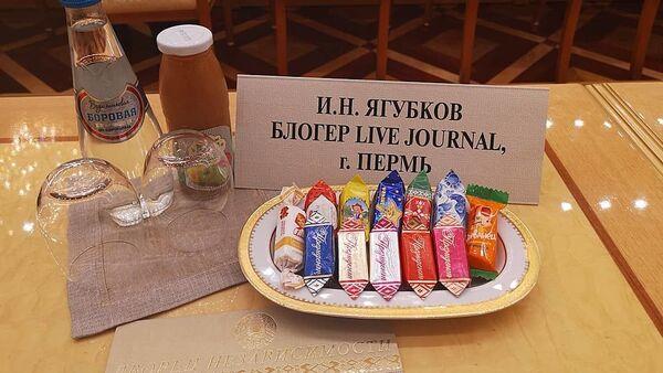 Лукашенко угощал российских блогеров конфетами и соком - Sputnik Беларусь