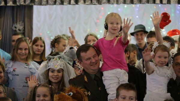 Министр обороны Беларуси Андрей Равков в Андреевском детском доме - Sputnik Беларусь
