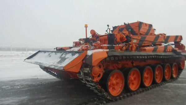 Работа бронированного эвакуатора на базе танка Т-72 в аэропорту Домодедово - Sputnik Беларусь