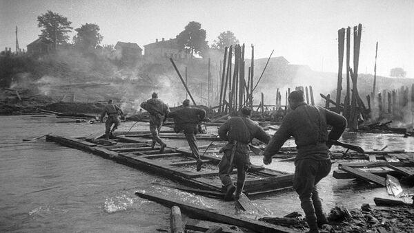 Савецкія пяхотнікі вядуць бой за пераправу праз раку Полату ў раёне Полацка, 1944 год - Sputnik Беларусь