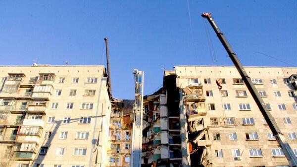 Сотрудники МЧС на месте обрушения одного из подъездов жилого дома в Магнитогорске - Sputnik Беларусь