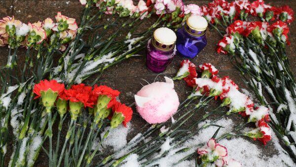 Москвичи несут цветы и игрушки в память о погибших в Магнитогорске - Sputnik Беларусь