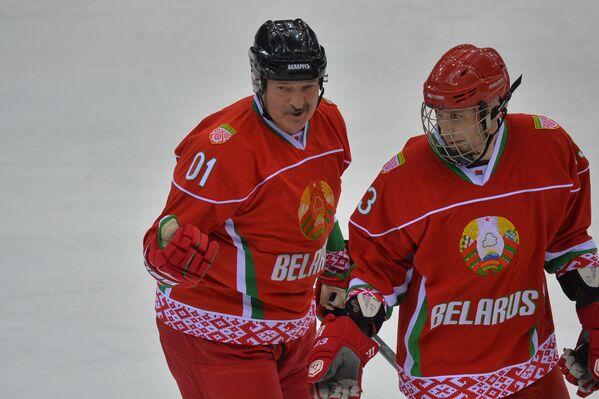 Президент Беларуси Александр Лукашенко и первый вице-президент НОК Андрей Асташевич  - Sputnik Беларусь