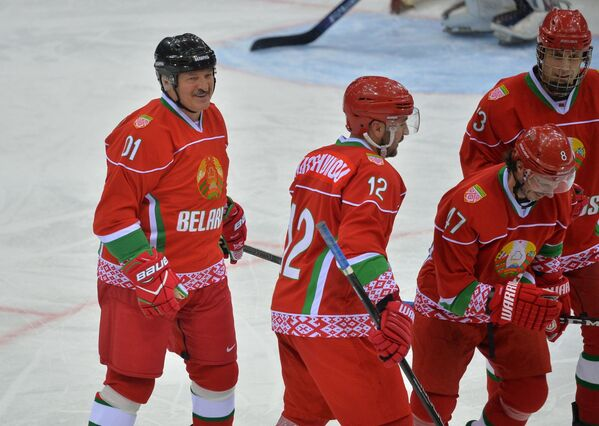 Президент Беларуси Александр Лукашенко в первом матче в рамках XV Рождественского международного турнира - Sputnik Беларусь