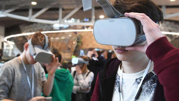 Молодые люди в очках виртуальной реальности - Sputnik Беларусь