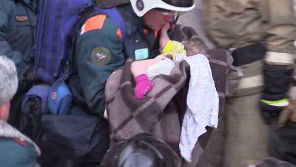 Спасатели извлекли живого ребенка из-под обломков дома в Магнитогорске - Sputnik Беларусь