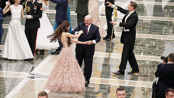 Александр Лукашенко и победительница конкурса Мисс Беларусь-2018 Мария Василевич на Республиканском новогоднем балу для молодежи, 28 декабря 2018 года - Sputnik Беларусь
