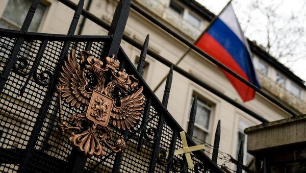 Герб на ограде здания российского посольства в Лондоне - Sputnik Беларусь