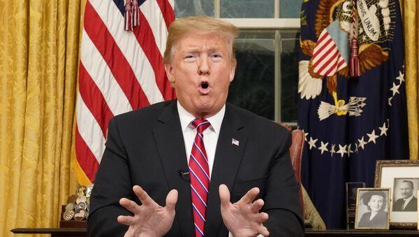 Президент США Трамп выступил по телевидению с обращением из Овального кабинета в Вашингтоне - Sputnik Беларусь
