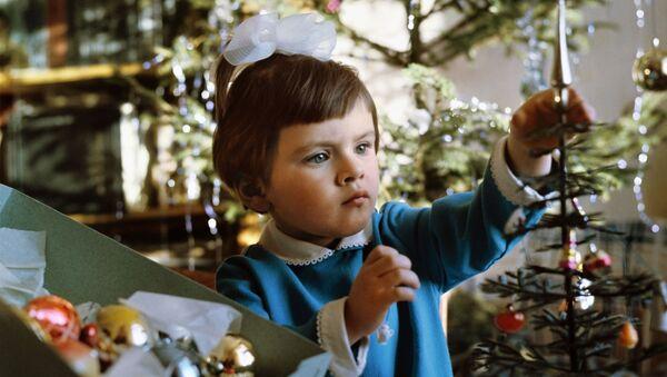 Девочка украшает елку - Sputnik Беларусь
