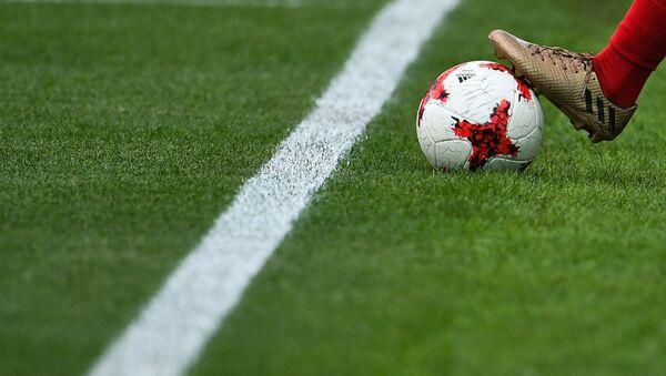 Футболист с мячом, архивное фото - Sputnik Беларусь