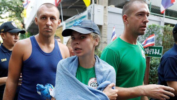 Алекс Лесли, Настя Рыбка и другие участники скандального тренинга на пути в аэропорт Патайи - Sputnik Беларусь