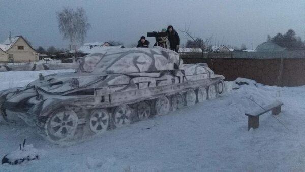 Сям'я зляпіла са снегу гіганцкі танк ІС-7 - Sputnik Беларусь