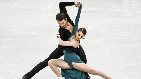 Габриэлла Пападакис и Гийом Сизерон (Франция) выступают с программой ритмического танца на чемпионате Европы по фигурному катанию в Минске - Sputnik Беларусь