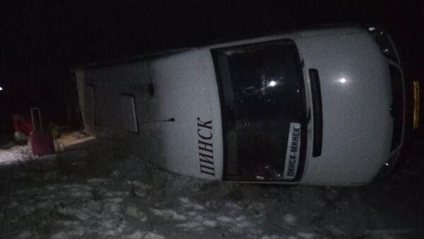 Маршрутка Пинск -Минск опрокинулась на трассе неподалеку от Ивацевичей - Sputnik Беларусь