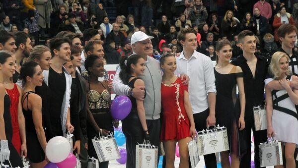 Президент Беларуси Александр Лукашенко с призерам и ЧЕ по фигурному катанию  - Sputnik Беларусь
