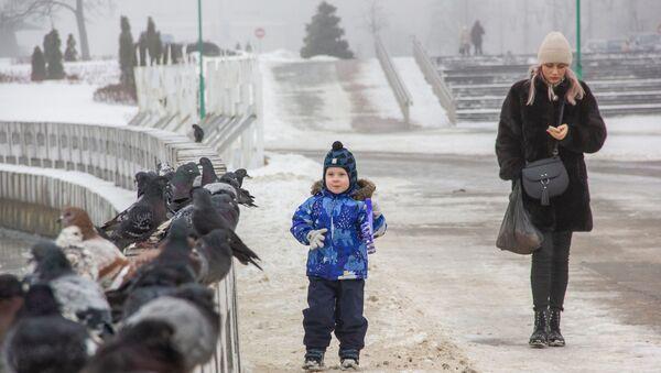 Ребенок с мамой на прогулке - Sputnik Беларусь