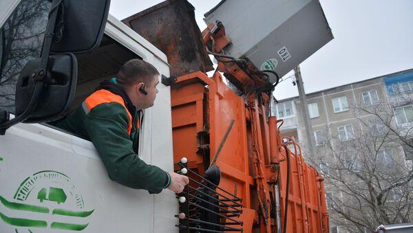 Работа мусоровоза в минском дворе - Sputnik Беларусь