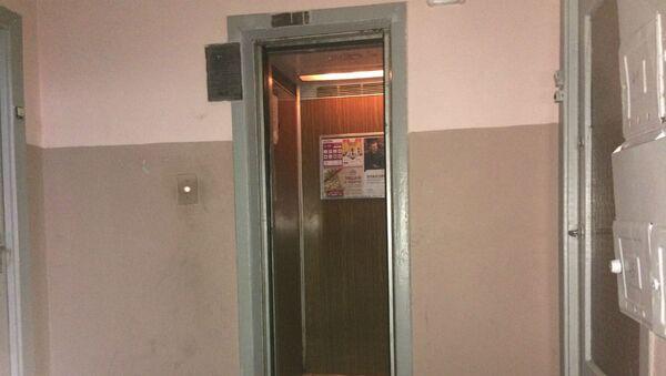 Лифту, как и дому, уже 38  лет - Sputnik Беларусь