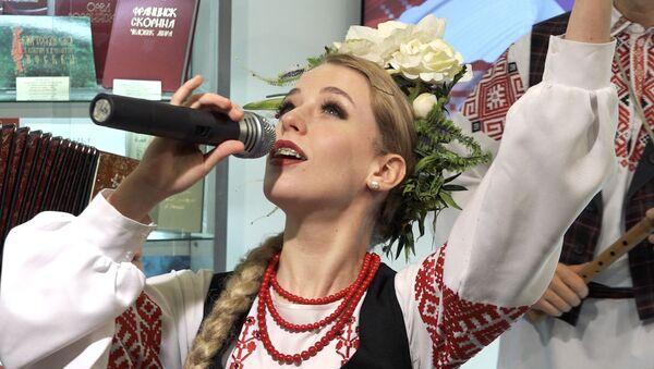 Нацыянальныя касцюмы і замежныя госці - адкрылася кніжная выстава - Sputnik Беларусь