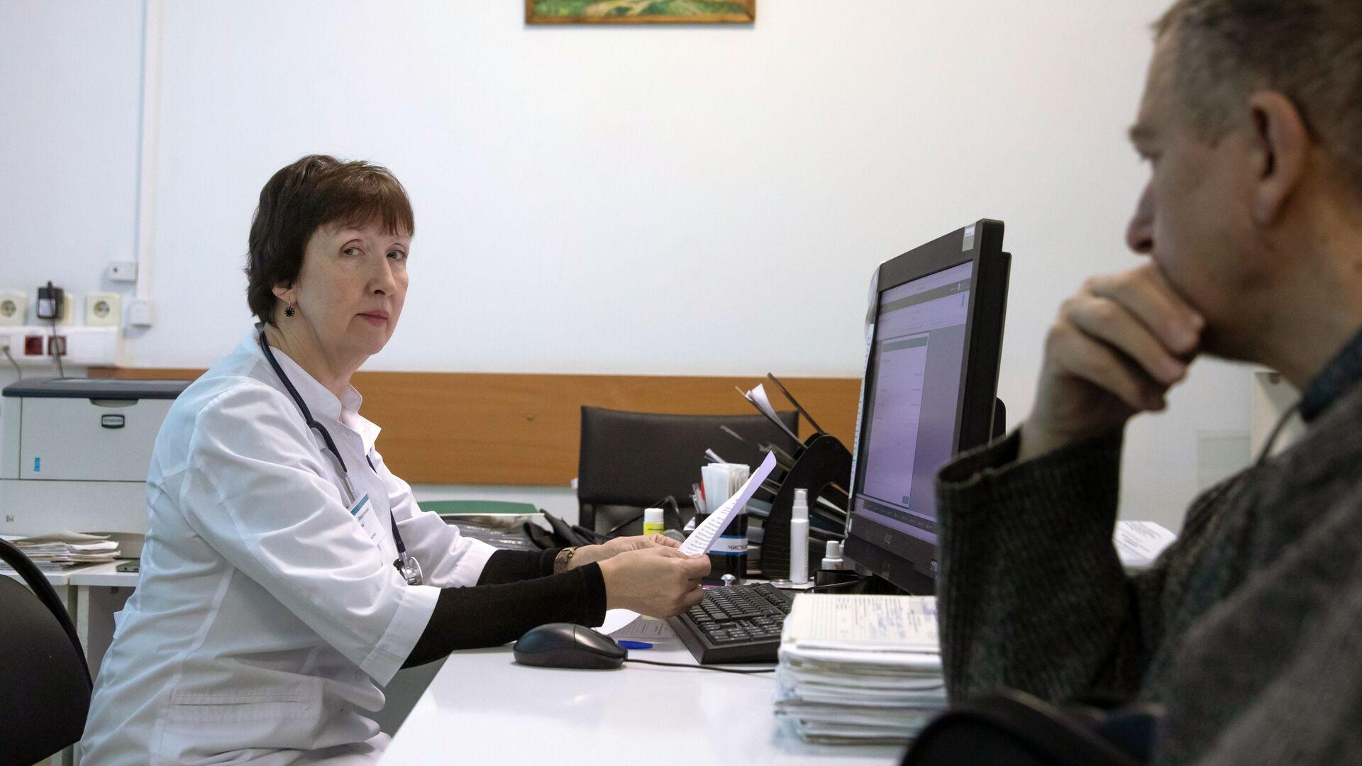 Пациент в кабинете терапевта в городской поликлинике  - Sputnik Беларусь, 1920, 22.09.2021