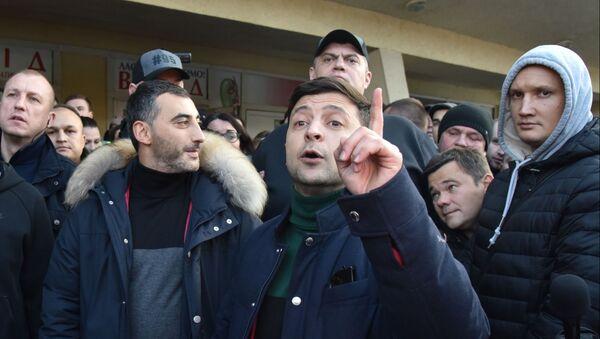 Кандидат в президенты Украины Владимир Зеленский во время общения с участниками митинга своих противников во Львове - Sputnik Беларусь