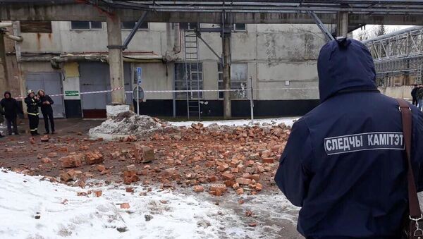 Кирпичная стена здания рухнула на двух работников предприятия - Sputnik Беларусь